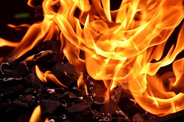 czy biokominek daje ciepło