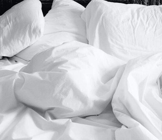Jakie koce na łóżko są w modzie